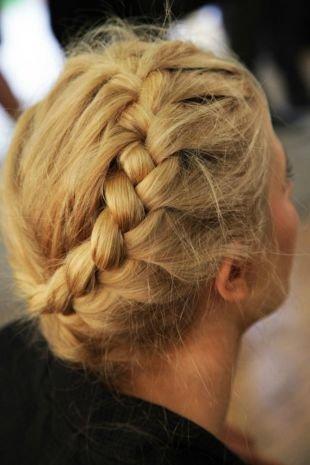 Прически с косами на выпускной, прическа на последний звонок на основе французской косы для средних и длинных волос