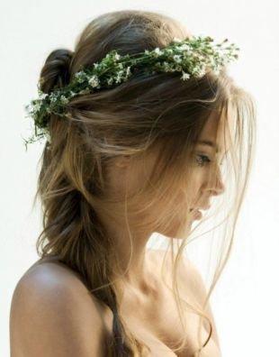 Темно русый цвет волос, нежная прическа на длинные волосы в небрежном стиле