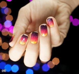Осенние рисунки на ногтях, градиентный маникюр желто-розово-черничный