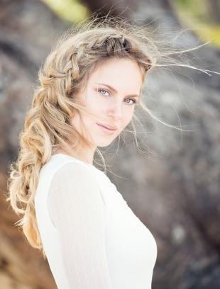 Холодно русый цвет волос на длинные волосы, прическа свидетельницы для летней свадьбы