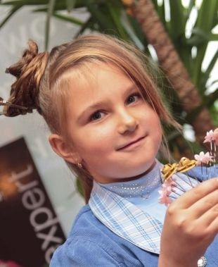 Золотисто русый цвет волос, детская праздничная прическа на длинные волосы