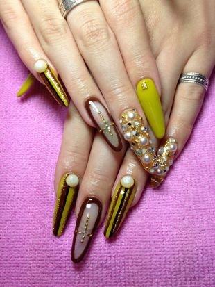 Рисунки фольгой на ногтях, сложный дизайн нарощенных ногтей с камнями, бусинами и узором из крестов
