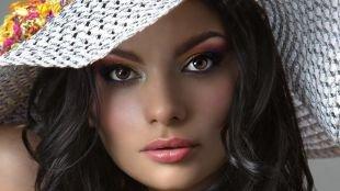 Яркий макияж для брюнеток, макияж для карих глаз с темно-коричневыми тенями