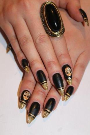 Рисунки на черных ногтях, золотой френч с черной основой