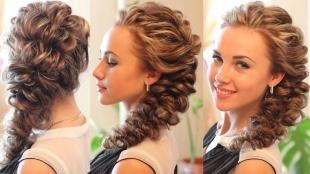 Карамельно русый цвет волос, роскошная прическа на выпускной