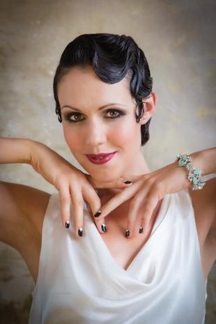 Иссиня-черный цвет волос, свадебная прическа в стиле ретро