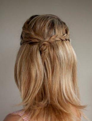 Золотисто русый цвет волос, прическа на последний звонок в стиле «романтик»