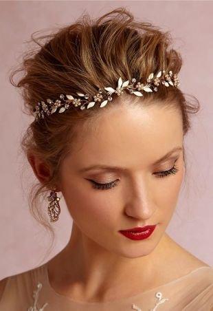 Светло каштановый цвет волос, свадебная прическа в греческом стиле с цветочным ободком