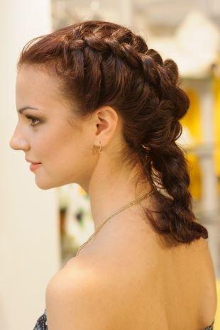 Каштановый цвет волос на средние волосы, прическа с плетением на средние волосы - обратная французская коса