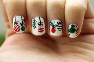 Рисунки на маленьких ногтях, новогодний маникюр с яркими елочными игрушками