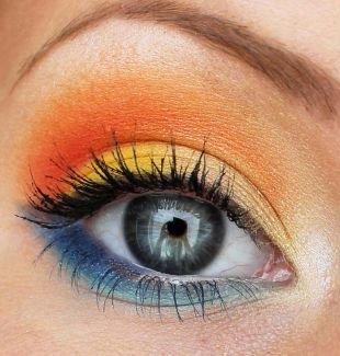 Макияж под синее платье, желто-оранжевая палитра теней для серых глаз