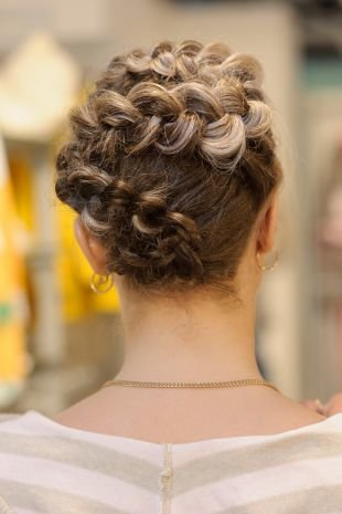 """Натурально русый цвет волос на средние волосы, нарядная прическа с плетением """"змейка"""""""