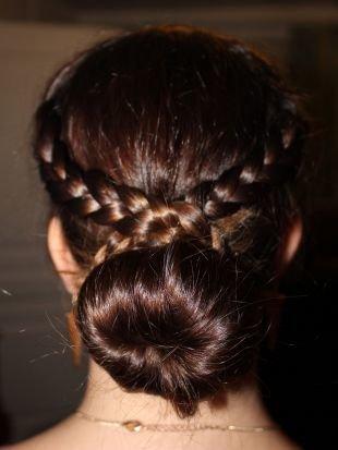 Коньячный цвет волос на средние волосы, прическа на 1 сентября - пучок с венком из кос