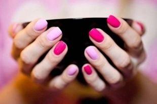 Школьный маникюр на короткие ногти, розово-малиновый маникюр по фен-шуй