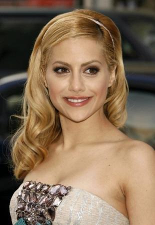 Цвет волос медовый блонд, прическа на выпускной с тонким ободком