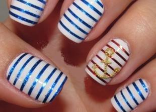 Дизайн ногтей с фольгой, полосатый маникюр с якорем