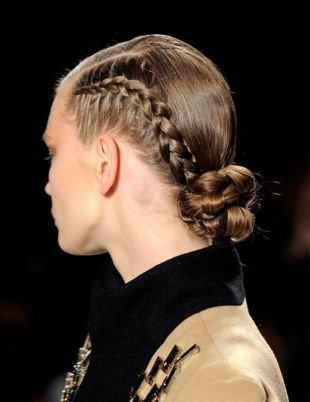 Светло коричневый цвет волос, прическа на 1 сентября - пучок в виде цветка с боковыми  косами
