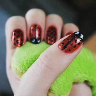 Красные ногти с рисунком, маникюр с рисунками божьих коровок