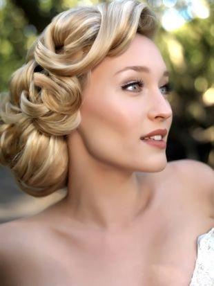 Цвет волос натуральный блондин, великолепная свадебная прическа с подобранными волосами